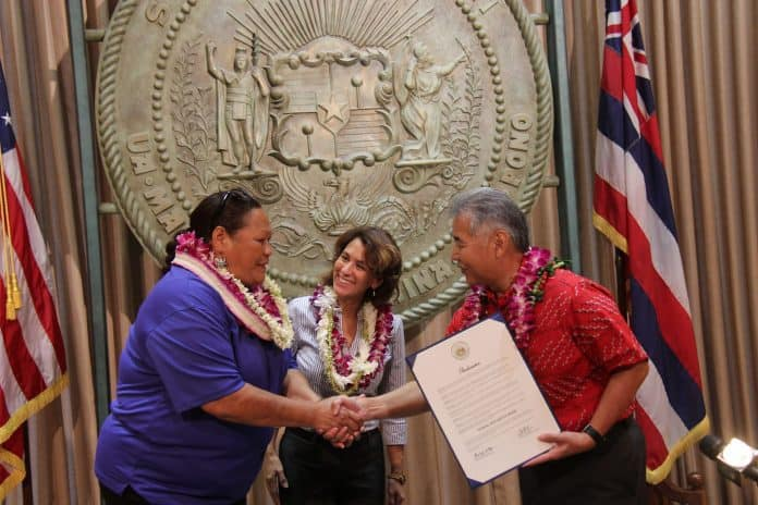 Hawaii school bus driver honored by Gov. Ige.